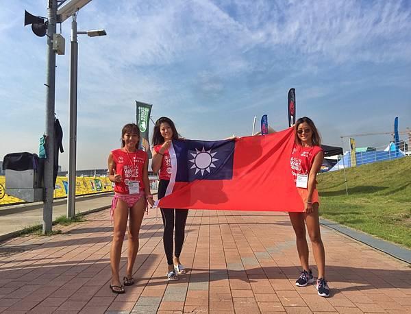 美傑仕集團副董事長陳美彤、陳羽榛、與李瑋珊代表台灣出戰WWA亞洲區國際滑水積分賽快艇衝浪女子組賽事。