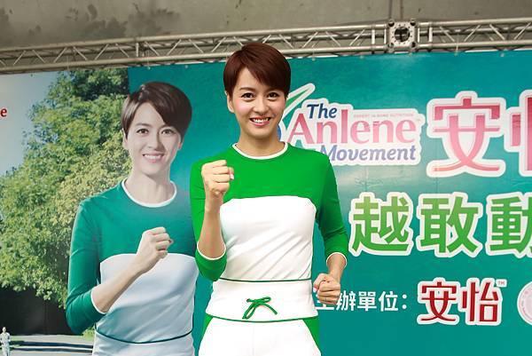 安怡代言人梁詠琪現場示範時尚健走姿勢,呼籲民眾別為不運動找藉口