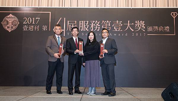 台灣賓士在今年八月榮獲天下企業公民獎外商第一名殊榮,而現今再度獲得壹週刊服務第壹大獎,優質企業形象受到各界肯定