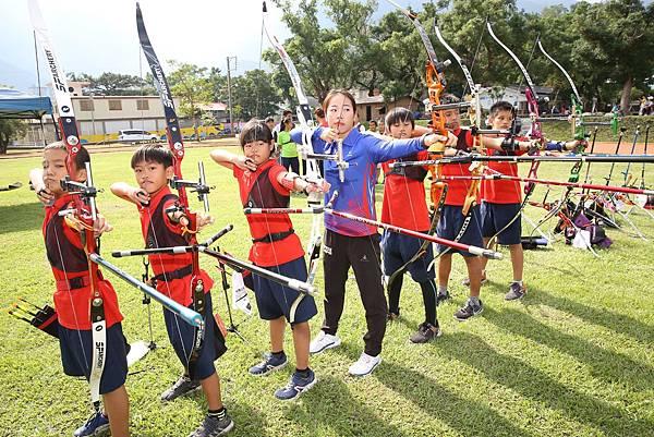 譚雅婷親身指導東澳國小小選手3