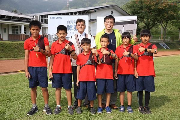 後排東澳國小校長鄔誠民(左)台灣三星電子商用產品暨解決方案事業部總經理吳昇奇(右) 前排東澳國小射箭隊小小選手們