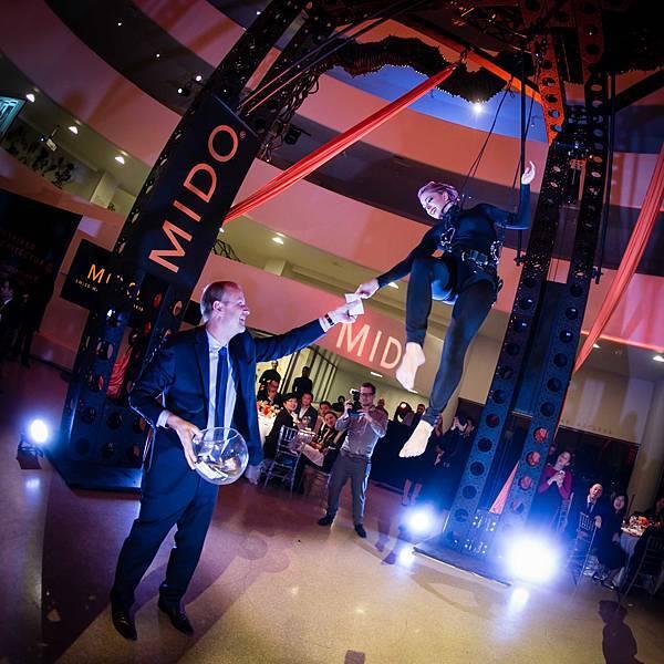 MidoXGuggenheim _優雅高空特技舞者與美度表總裁為晚宴揭開序幕