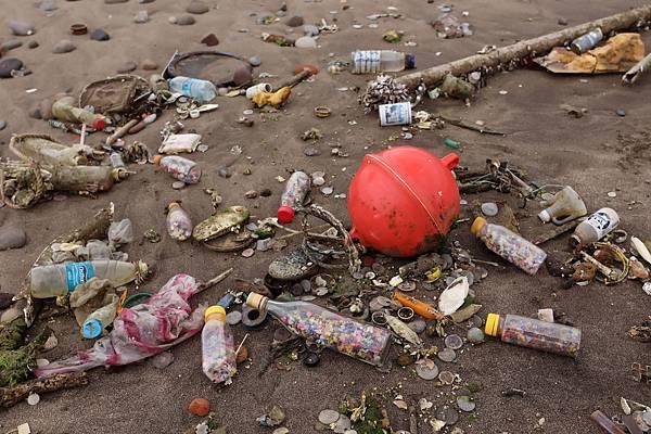 圖說三,由於塑膠的不可分解特性,若未做好分類回收與減量,人類所遺棄的塑膠垃圾,即使是歷經長年風化仍不會分解與消失,而是碎裂成小塑粒,一旦流入海洋中,被海洋生物魚類、海龜、章魚、螃蟹等誤食,更會影響其他生物鏈中的生物。