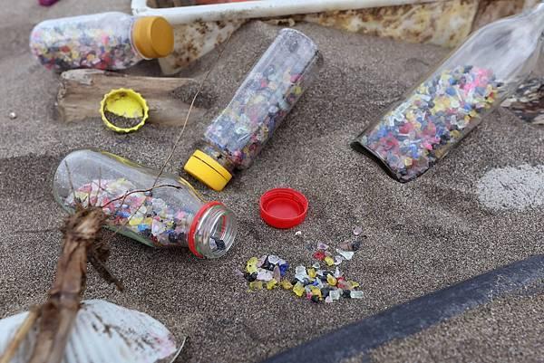 圖說四,塑膠微粒是塑膠經過長年風化仍不會分解,只會碎裂成小塑粒。而這些塑膠微粒一旦流入海洋中,容易被海洋生物吃下肚,造成生態的危機。