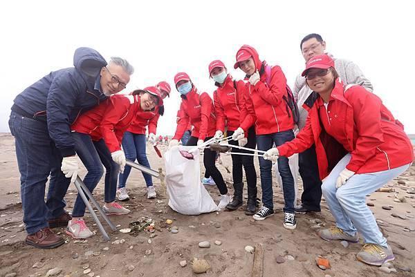圖說六,當Canon志工把撿拾的垃圾聚集時,更為大家上了一堂震撼教育,讓員工重新發現海洋之美,並反思日常生活,改變消費的生活方式。