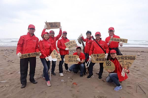 圖說二,Canon秉持「共生」(Kyosei) 企業理念,由主管帶領百位企業員工及家屬呼籲隨手做環保,減少塑膠垃圾,從生活中平時做起。
