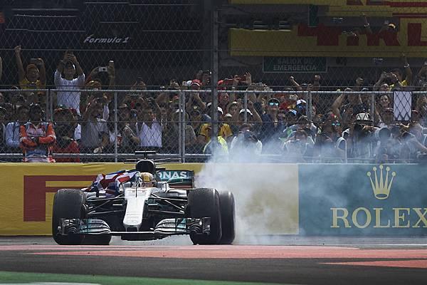 此次賽事為 Mercedes-AMG Petronas Motorsport 車隊從2014年以來連續四年奪冠,於全球最頂尖的汽車賽事運動中完美稱霸