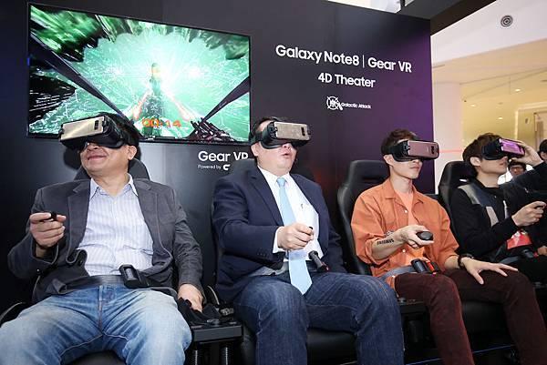 小玉與阿奎一起體驗VR 4D 電影院