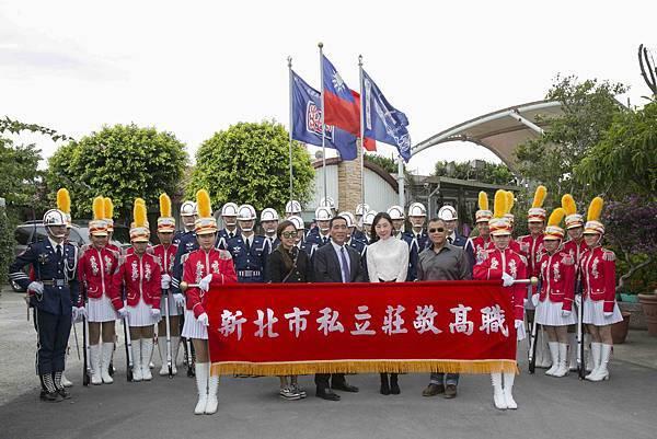 STARFiSH執行總監于長君(左一)中華民國馬術協會理事長許安成(左二)市議員顏聖冠(右二)中華民國馬術協會國際組組長(右一)與莊敬高職樂儀隊合照(1)
