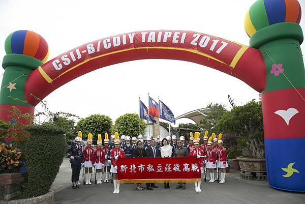 STARFiSH執行總監于長君(左一)中華民國馬術協會理事長許安成(左二)市議員顏聖冠(右二)中華民國馬術協會國際組組長(右一)與莊敬高職樂儀隊合照