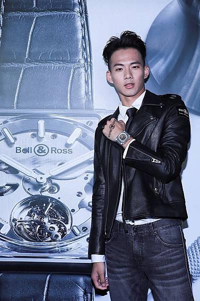 新聞照片5-1_吳念軒配戴BR-X1 White Hawk 鏤空計時碼錶