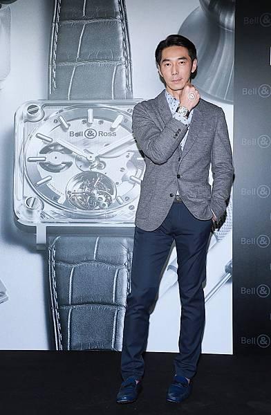 新聞照片4_李李仁配戴BR-X2 透明陀飛輪腕錶