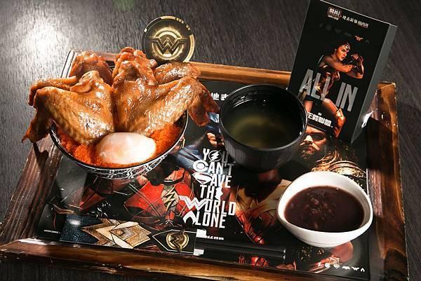 神力女超人「黃金嫩雞丼」嚴選台灣土雞翅,刷上特製金色醬汁,呈現神力女超人標誌,給予視覺跟味覺的豐富饗宴 (照片提供:杰立餐飲)