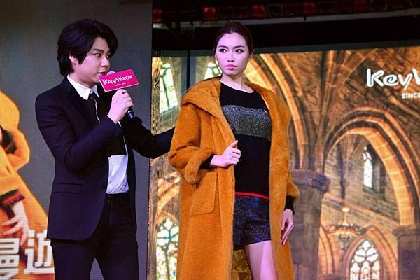新聞圖片2_時尚大師李佑群向貴賓講解冬季穿搭技巧