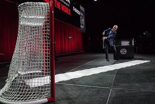 紐約遊騎兵冰球隊前總經理Mark Messier在記者會中進行G-SHOCK耐衝擊測試 重現G-SHOCK強悍耐用的經典廣告畫面