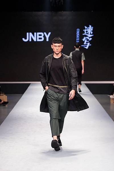 6.名模於2017台北魅力展展演JNBY 2018春夏設計服