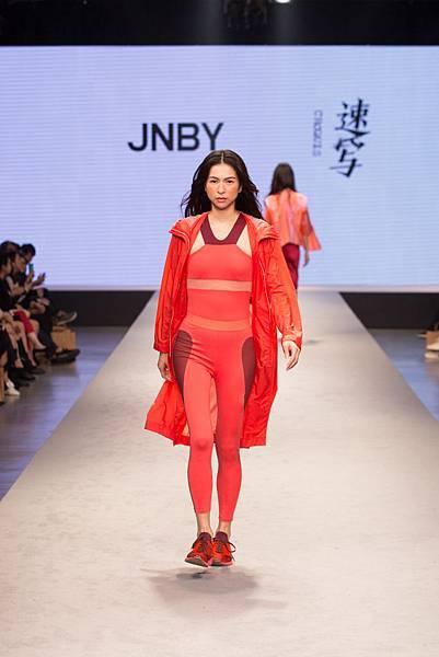 7. 名模於2017台北魅力展展演JNBY 2018春夏設計服