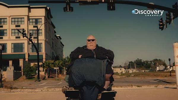 洛根因腫瘤巨大 只能靠輪椅活動