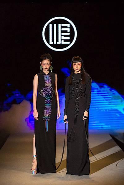 2.名模身著WANGLILING品牌設計服為2017台北魅力展走秀