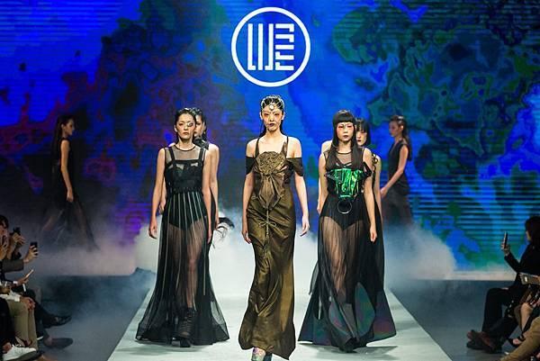 1.名模身著WANGLILING品牌設計服為2017台北魅力展走秀