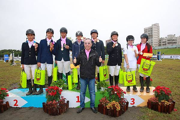 台北市城市發展促進會理事長王尊侃與障礙跨越80cm.100cm.120cm團體賽前三名