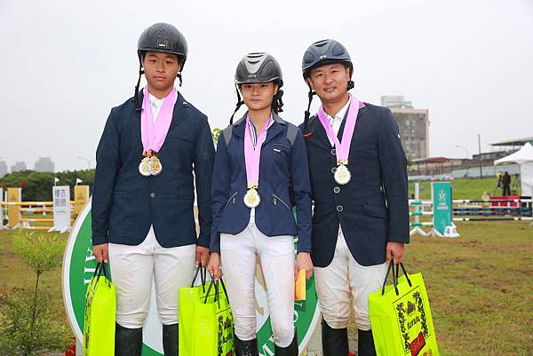 障礙跨越80cm.100cm.120cm團體賽冠軍(左起)馮浩源、楊子璇、楊宏宇
