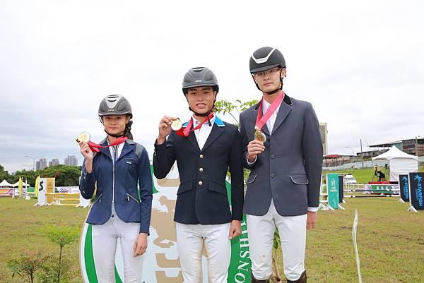 障礙跨越80-90cm級前三名(左起)亞軍楊子璇、冠軍林昺君、吳英豪