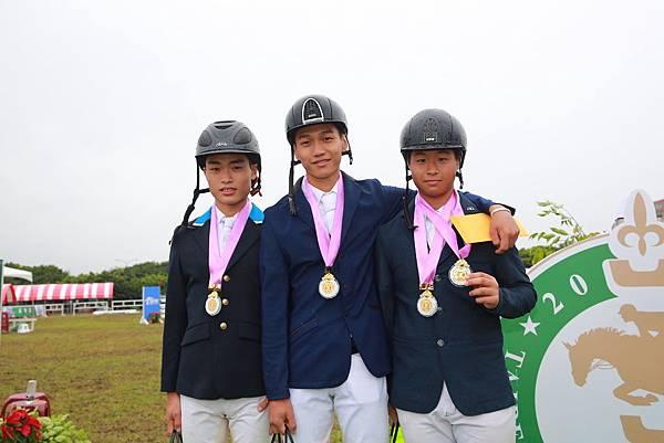 障礙跨越80cm.100cm.120cm團體賽亞軍(左起)林昺君、陳御龍、馮浩源