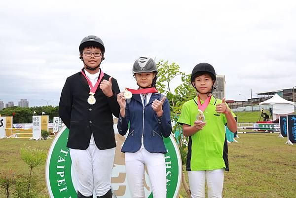 障礙跨越60cm級前三名(左起)亞軍鮑彥綸、冠軍楊子璇、吳彥甫