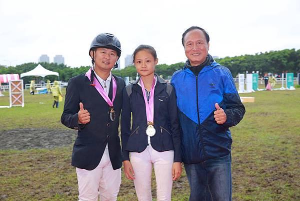 馬術跨三代(左起)楊宏宇39歲、楊子璇16歲、楊騏育64歲