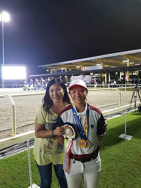 李亭誼(右)在團體賽和個人賽第一輪中皆跳出0扣點好成績,並為中華台北再摘下個人銀牌