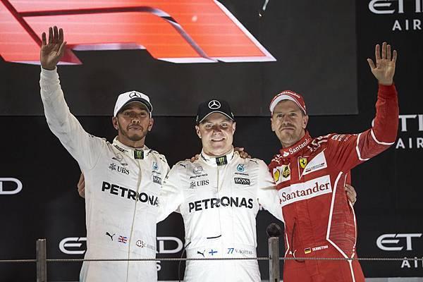 2017年F1賽事的最終站阿布達比,由Mercedes-AMG Petronas Motorsport車隊的Valtteri Bottas(中)拿下第一名,隊友Lewis Hamilton則奪得第二(左)