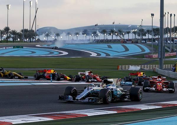 Mercedes-AMG Petronas Motorsport車隊不只提前奪得年度車隊第一,年度車手第一名也為Lewis Hamilton所獲得