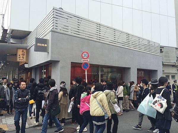 RAPL澎派令果2016年3月於東京池袋開出品牌首店引起消費者排隊搶購。(圖片提供-RAPL)