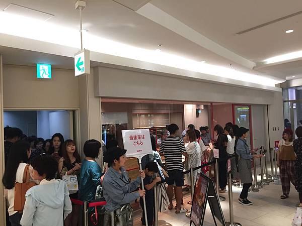 RAPL澎派令果目前於池袋、川崎、福岡、大阪已開出4家分店。RAPL澎派令果以不同於傳統蘋果派的獨特造型及口感,掀起另一種「蘋果」排隊瘋潮。(圖片提供-RAPL)