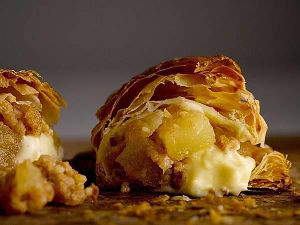 RAPL澎派令果以「掌心小確幸」的獨特造型以及一口咬下蘋果香甜及卡士達醬奶香在嘴中融合交錯的好滋味引起話題。(圖片提供-RAPL)