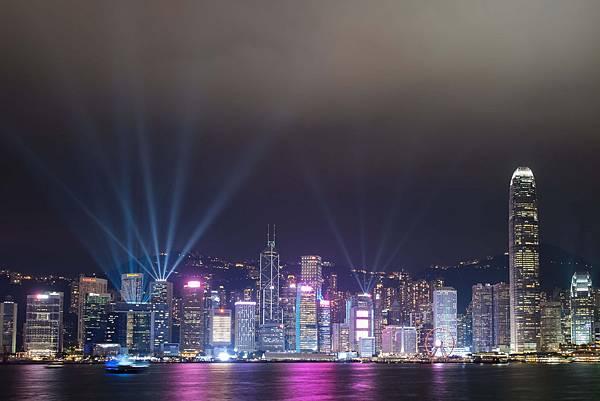 新版「幻彩詠香江」採用多元燈效,於維多利亞港兩岸共40幢大樓及地點發放璀璨奪目的光芒。