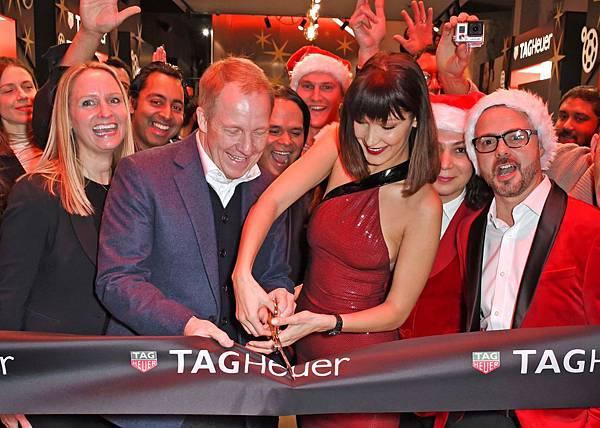 TAG Heuer歐洲營運總監Rob Diver與品牌大使Bella Hadid共同為TAG Heuer倫敦牛津街專賣店開幕剪綵。_01