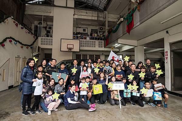 台灣賓士與台灣賓士資融以【Give a Smile】志工行動,將禮物親送新竹竹北陪讀班,與青少年們開心合影