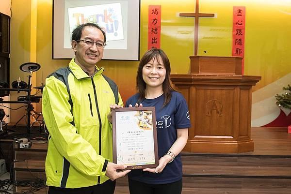 台灣賓士公關部協理陳允若(右)代表接受竹北長老教會林坤麟牧師(左)之感謝狀