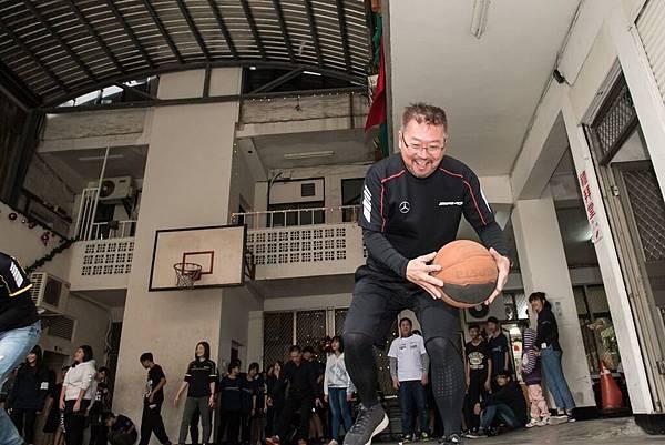 陪讀班課程以籃球當作媒介,加入台灣賓士員工與青少年分組進行趣味籃球遊戲,現場歡笑聲不斷