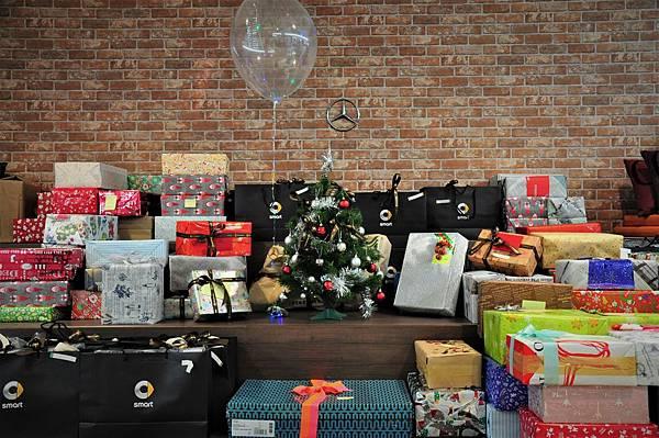 台灣賓士與台灣賓士資融集結全體員工及經銷商們,準備豐盛的星夢想禮盒,總共173份聖誕驚喜送往台灣勞倫斯體育公益計畫各陪讀班