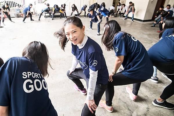 台灣賓士志工也加入陪讀班籃球課程,與青少年們一起進行暖身遊戲
