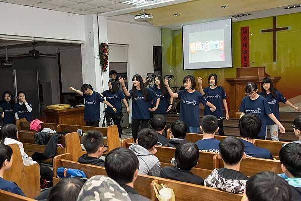 陪讀班的青年為感謝遠道而來的志工們,精心準備了詩歌演唱,打動在場每位志工與老師