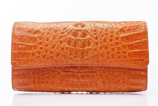 圖4_aBoutmi奢華名媛鱷魚手拿包愛瑪橘,建議售價NT$32,800