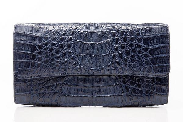 圖6_aBoutmi奢華名媛鱷魚手拿包暗曠藍,建議售價NT$32,800
