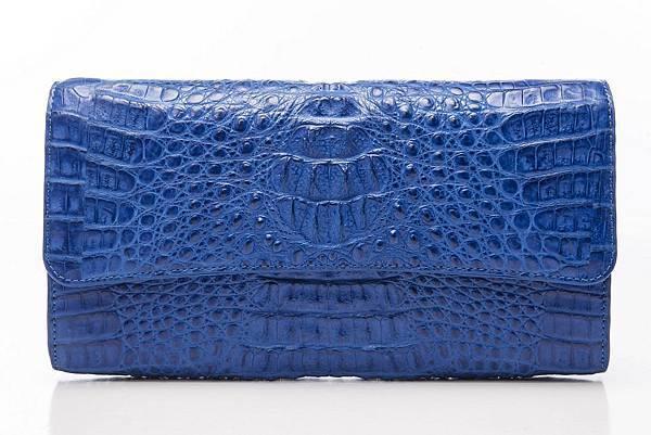 圖5_aBoutmi奢華名媛鱷魚手拿包皇家藍,建議售價NT$32,800
