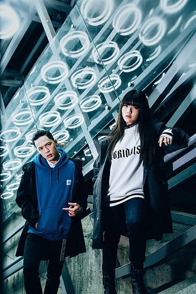 02.「安那ANNA」「J.Sheon」穿著GU聯名系列「HYBRID TOKYO」展現街頭態度。