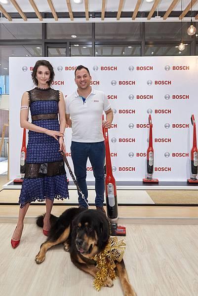 圖說_Bosch推出「極效感應無線吸塵器毛髮終結者」 寵物家庭必備(右為博西家電台灣執行長暨董事總經理傅睿博士 左為藝人瑞莎及寵物獒犬)L