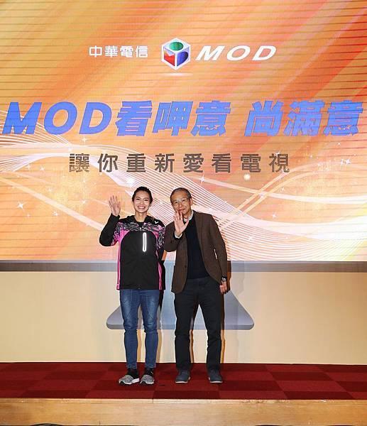 圖二、中華電信MOD雙代言人導演吳念真(圖右)和世界球后戴資穎共同推薦,讓觀眾看呷意、尚滿意。(中華電信 提供)